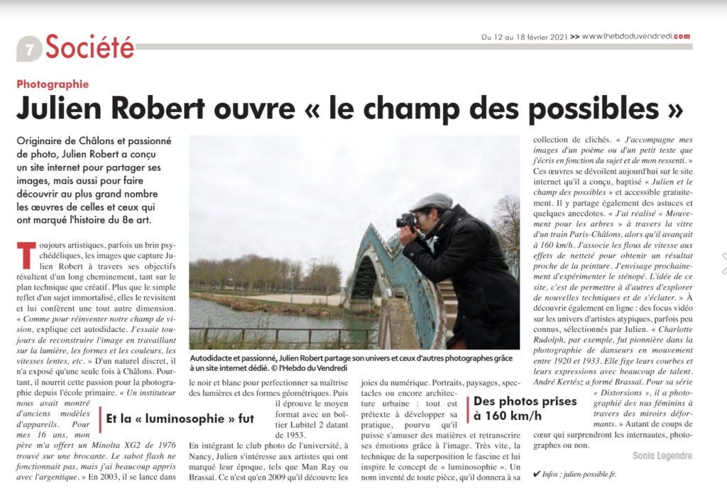 Julien Robert photographe de Châlons-en-Champagne devant la passerelle du jard